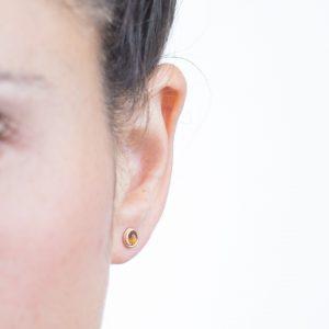 עגילי גולדפילד צמודים עם אבן עין הנמר (טייגר איי) זהובה