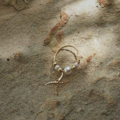 עגיל הליקס עם תליון כוכב ים ופנינה
